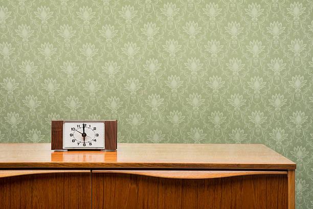 Vintage Uhr auf Kommode – Foto