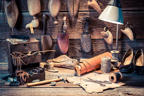 vintage cobbler workplace with tools and materials - remmar godis bildbanksfoton och bilder