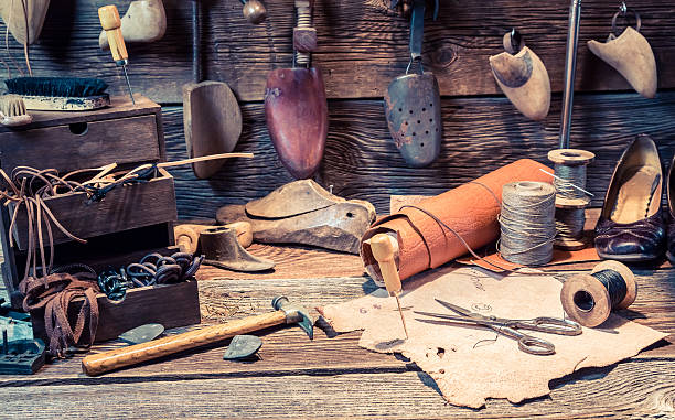vintage cobbler workplace with tools and shoes - remmar godis bildbanksfoton och bilder
