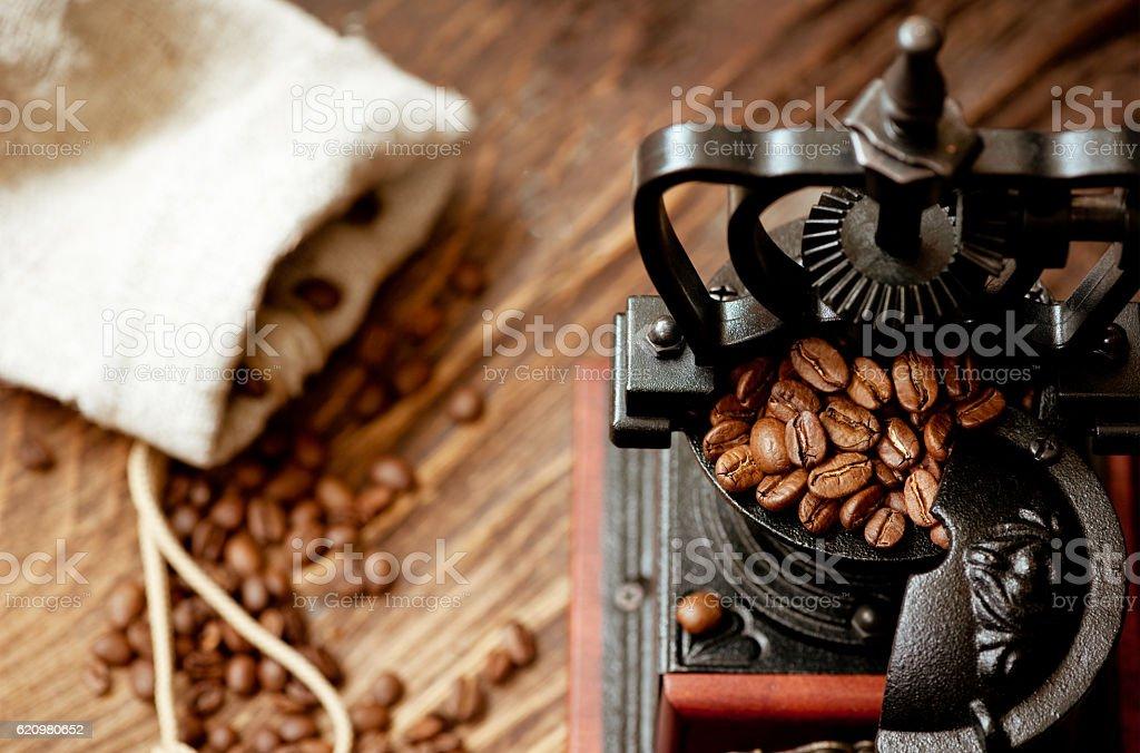 Vintage coffee grinder and roasted coffee beans foto royalty-free