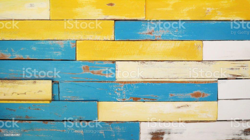 Prancha de madeira coloridos vintage textura fundo amarelo azul e branco cor, pintura descascada - foto de acervo