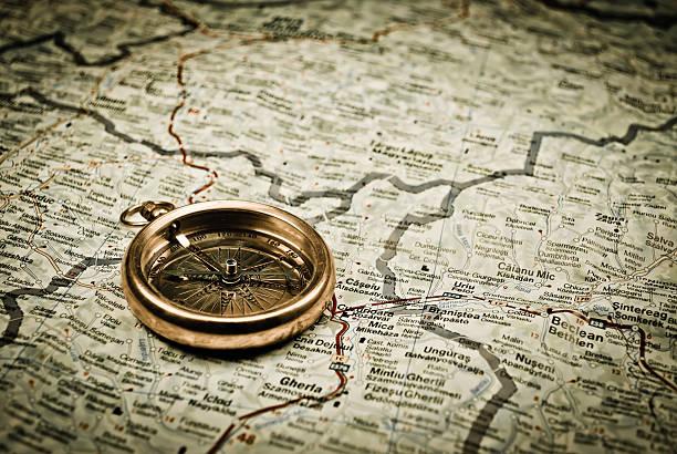 vintage kompass - kompass wanderkarte stock-fotos und bilder