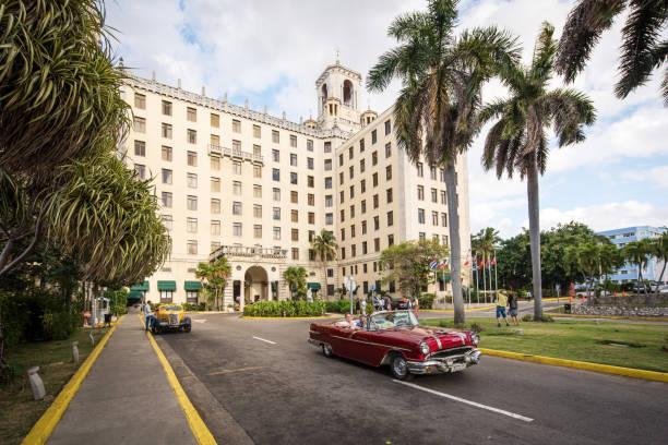 Cabrio Oldtimer vor Hotel Nacional in Havanna, Kuba – Foto