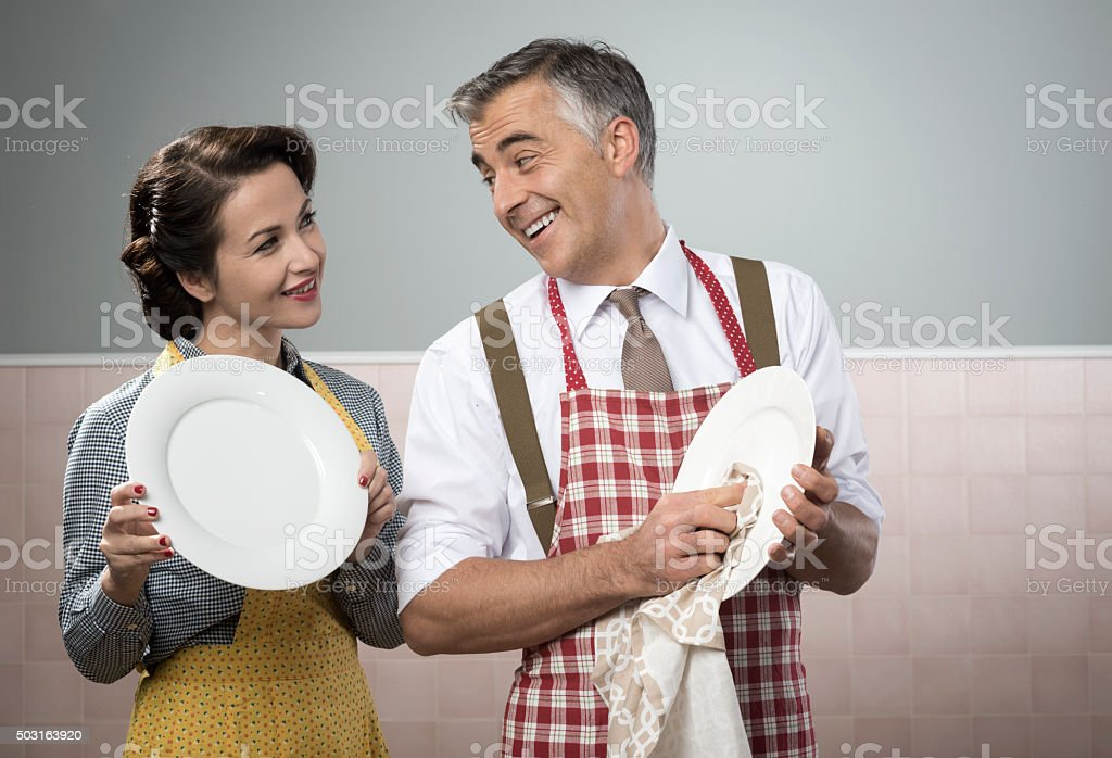 Vintage couple dish washing together foto