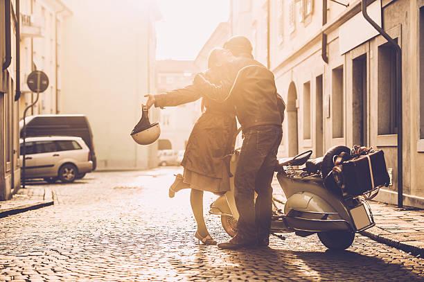 vintage pareja con scooter in italy - vintage vespa fotografías e imágenes de stock