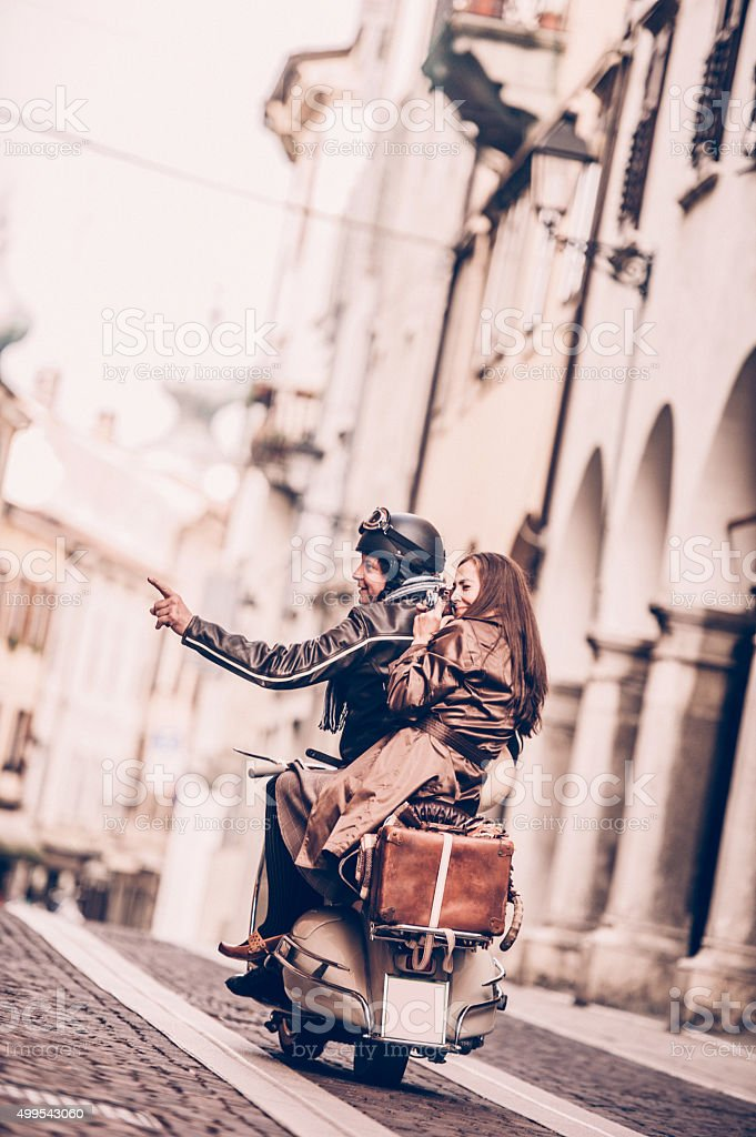Super Photo de Couple Avec Des Scooters Vespa Vintage En Italie - Image  WJ89