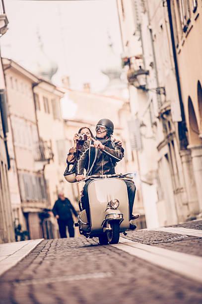 vintage pareja con vespa scooter in italy - vintage vespa fotografías e imágenes de stock