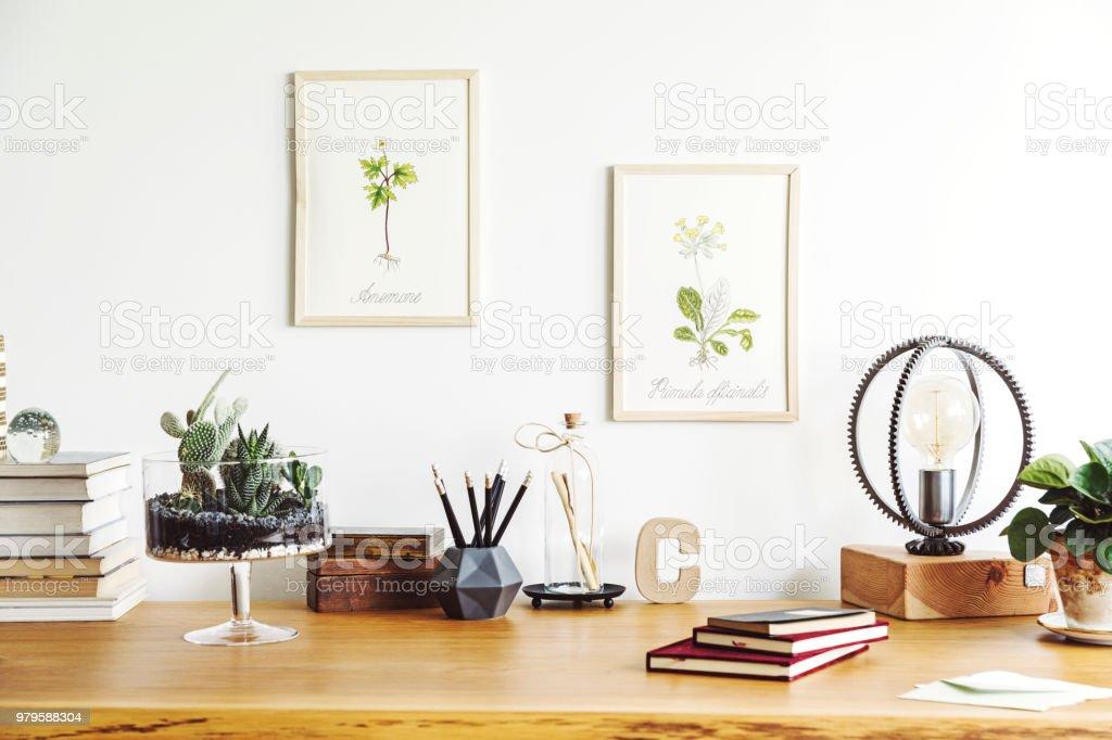 Vintage intérieur de bureau créatif à la maison avec bureau en