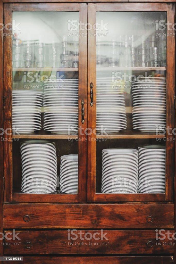 Vintage Schrank Mit Geschirr Alten Holzernen Kuchenschrank Mit Stapel Von Weissen Tellern Und Tassen Retro Sideboard Stockfoto Und Mehr Bilder Von Alt Istock