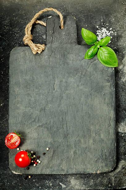 vintage schneidebrett und frischen zutaten - italienische speisekarte stock-fotos und bilder