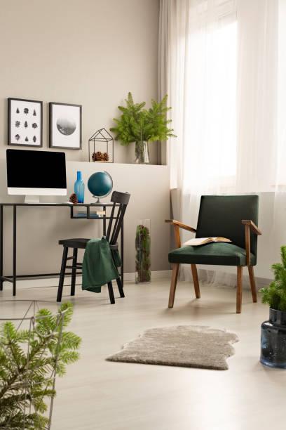 vintage dunkel grünen sessel in trendige heimbüro mit schwarzen hölzernen stuhl und schreibtisch mit all in one computer - stockwerke des waldes stock-fotos und bilder