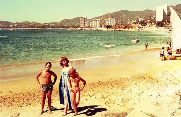 vintage day at the beach - viagens anos 70 imagens e fotografias de stock