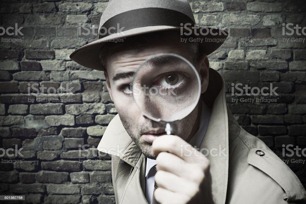 detective Vintage mirando a través de una lupa - Foto de stock de 2015 libre de derechos