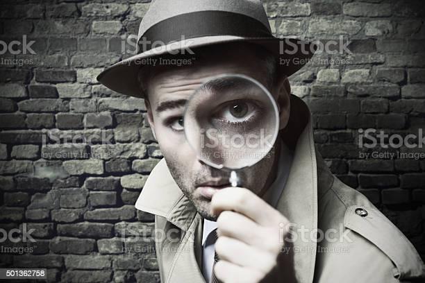 Detective Vintage Mirando A Través De Una Lupa Foto de stock y más banco de imágenes de 2015