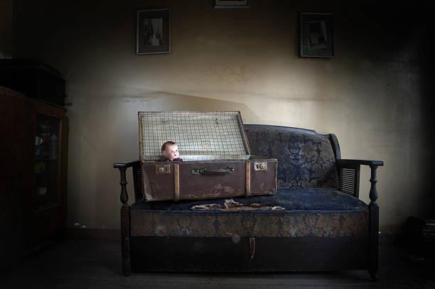 Vintage-Puppe in einem Koffer – Foto