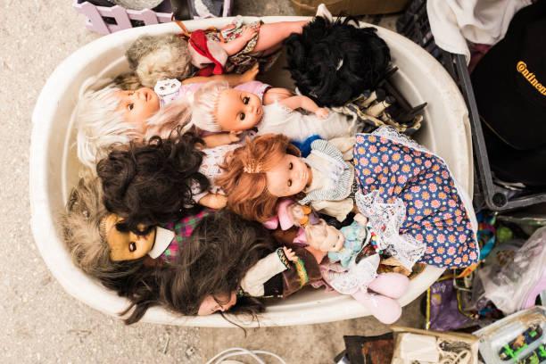 Vintage-Puppen auf einem Flohmarkt – Foto