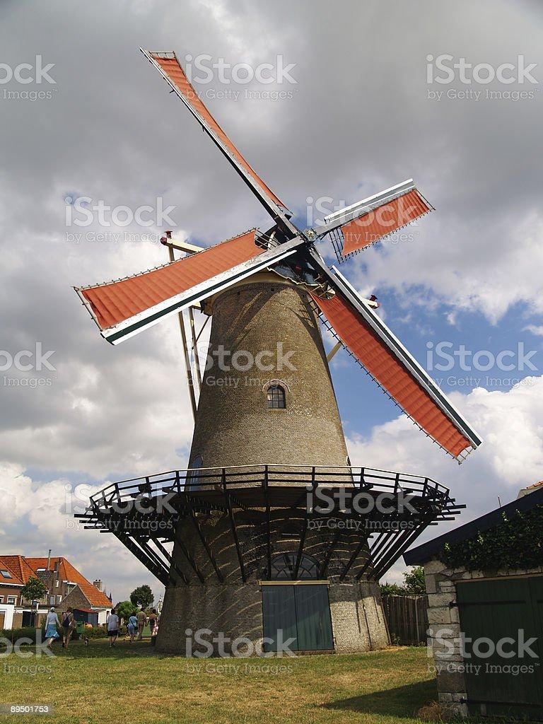 Moulin à vent néerlandais Vintage avec rouge lames. photo libre de droits