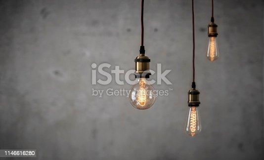 Vintage Edison Glühbirnen vor Betonwand