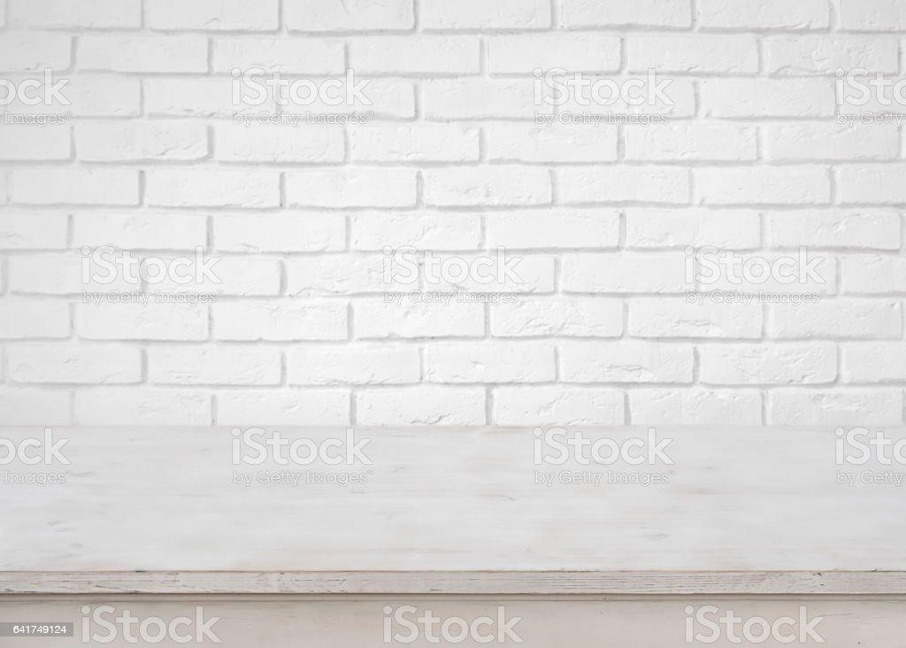 Vintage mesa de madeira vazia na base de fundo da parede de tijolo branco - foto de acervo