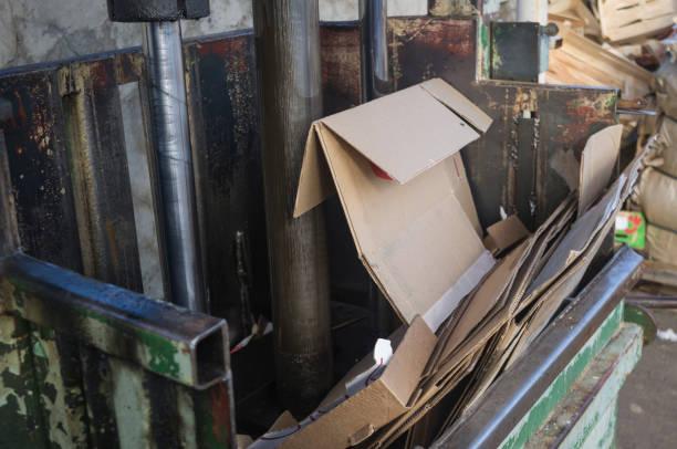 vintage utrustning för återanvändning och återvinning av sopor 1 - balpress bildbanksfoton och bilder