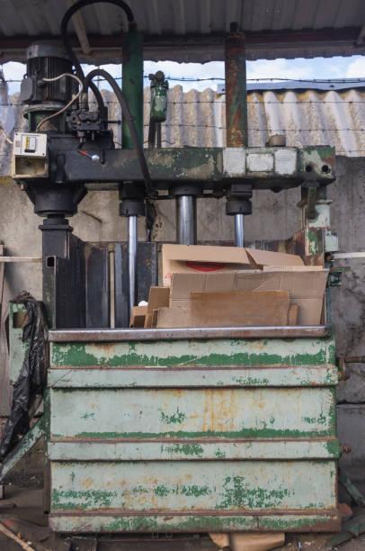 vintage utrustning för återanvändning och återvinning av sopor 4 - balpress bildbanksfoton och bilder