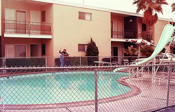 vintage rodzina przy basenie - motel zdjęcia i obrazy z banku zdjęć