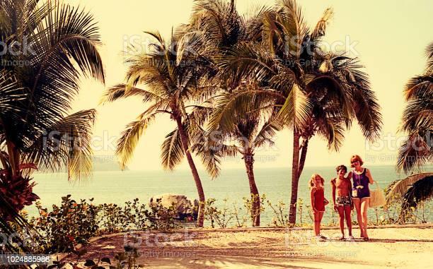 Vintage family on summer vacations picture id1024885986?b=1&k=6&m=1024885986&s=612x612&h=dtozhkojdh c 69widcfacqedodubyirb4ndw2 pxbo=