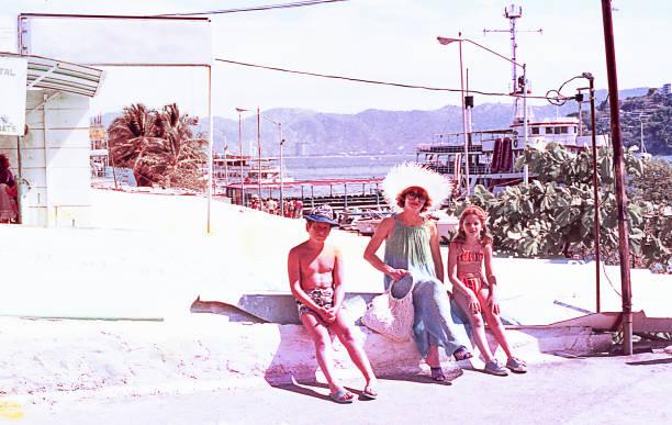 vintage family on summer vacations. - viagens anos 70 imagens e fotografias de stock