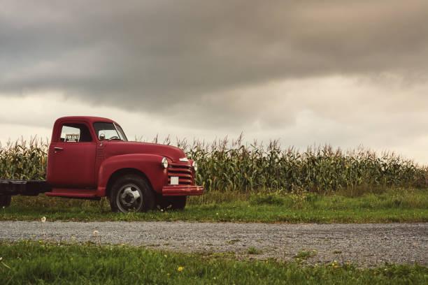 vintage bauernhof truck  - alte wagen stock-fotos und bilder