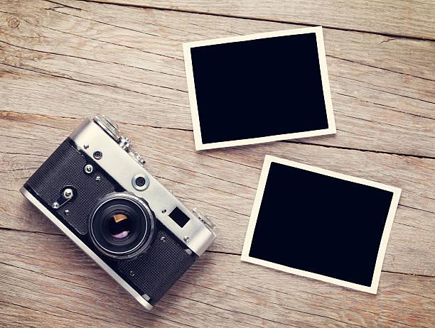 ヴィンテージのフィルムカメラと 2 つの空白のフォトフレーム - カメラ ストックフォトと画像