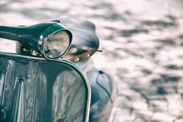 película vintage estilo motocicleta la linterna. detalle de la vespa vintage elegantes estacionada en una calle de cerca - vintage vespa fotografías e imágenes de stock
