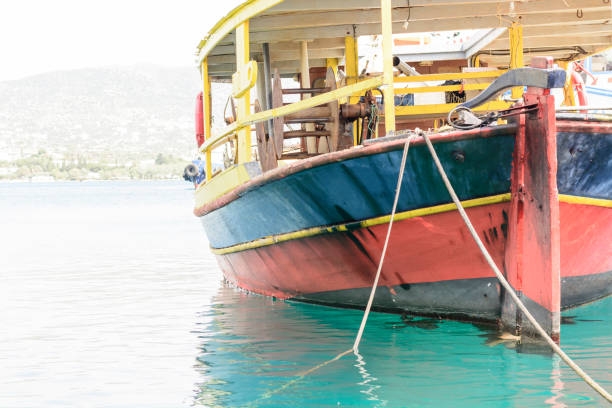 Vintage Fischerboot im Hafen. Azurblaue Meer in den Hafen von Rethymno Kreta. – Foto