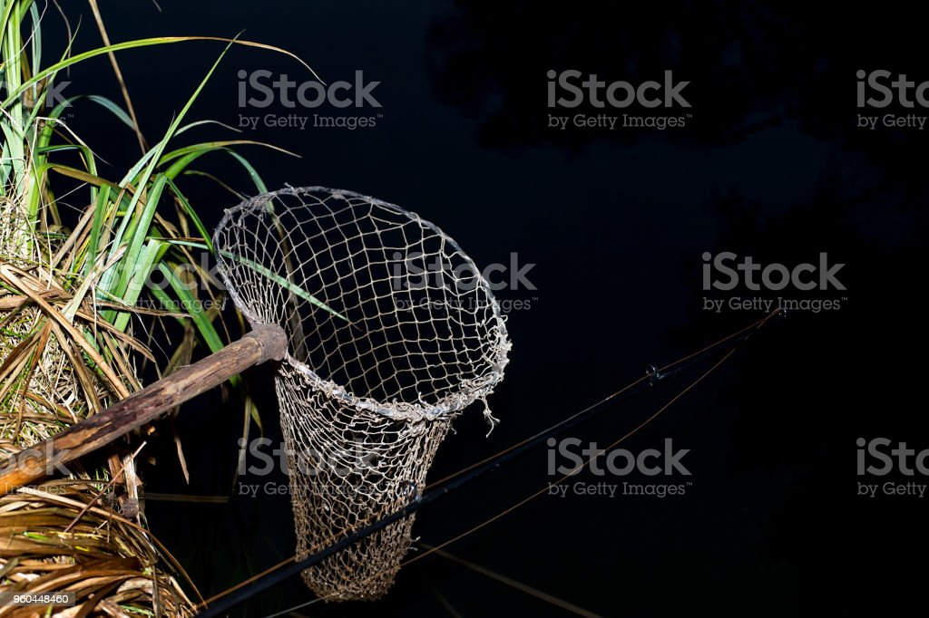 Jahrgang Fischernetz an den Ufern des Flusses in der Nacht. Das Symbol der Fischerei. – Foto