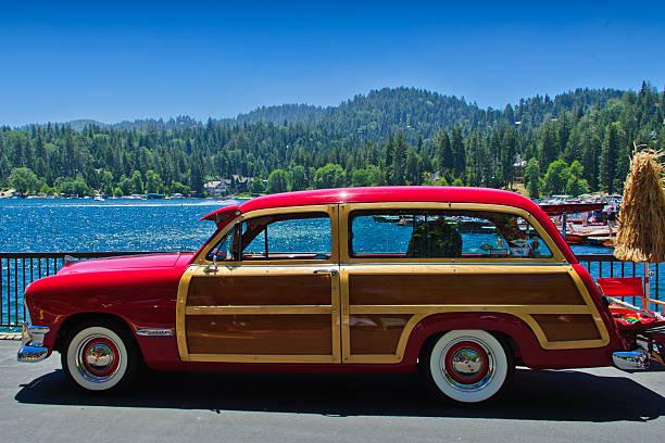 vintage ford woody at arrowhead - kombi stock-fotos und bilder