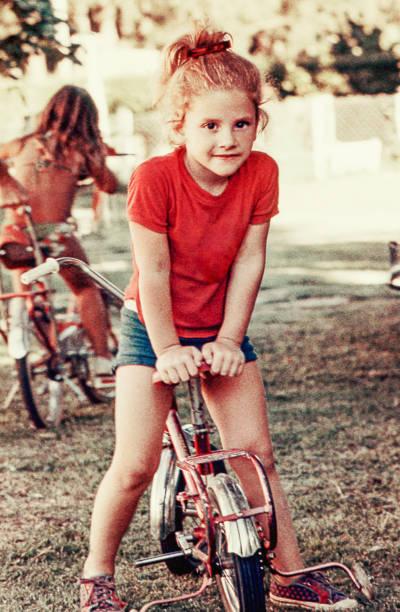 vintage dziewczyna na rowerze - archiwalny zdjęcia i obrazy z banku zdjęć