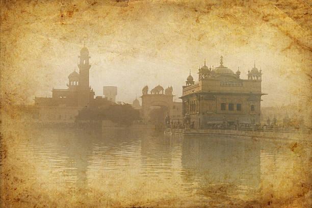 jahrgang: goldener tempel in amritsar, indien - goldener tempel stock-fotos und bilder