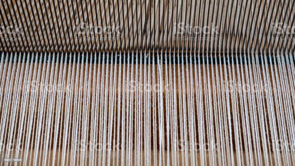 Vintage telares telar, con énfasis en el patrón creado por el hilo de algodón entrelazado - foto de stock