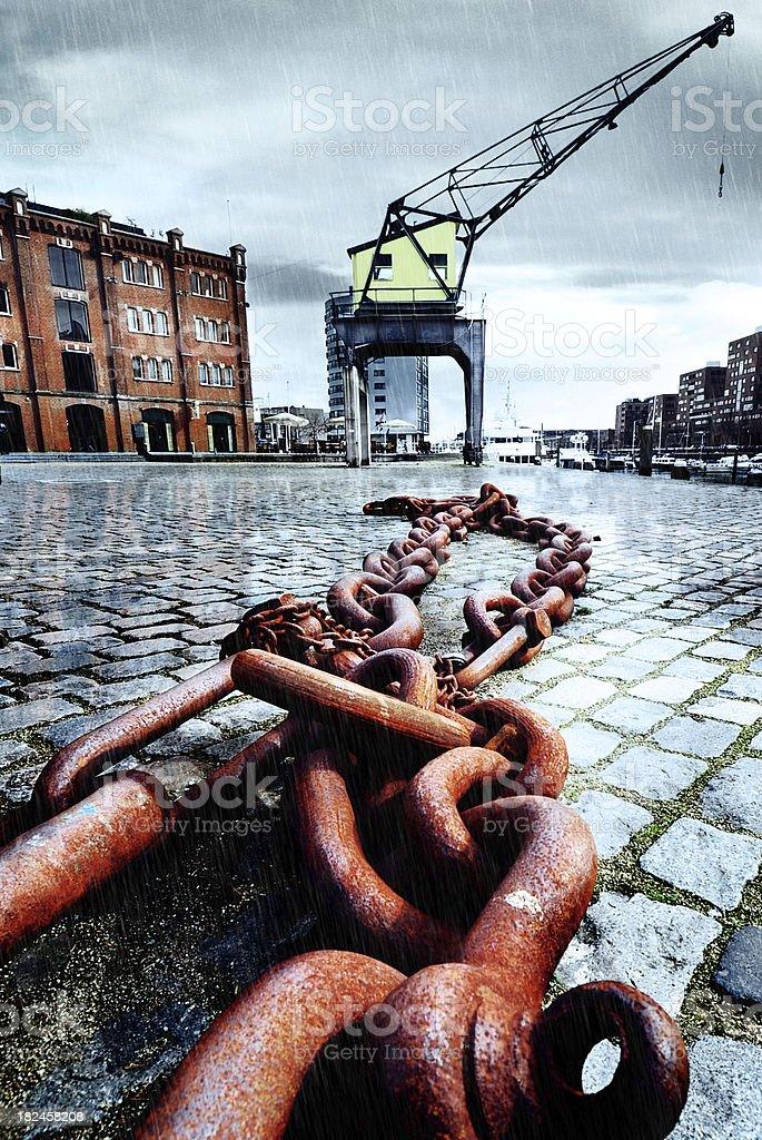 vintage harbor grúa en un día de lluvia foto de stock libre de derechos