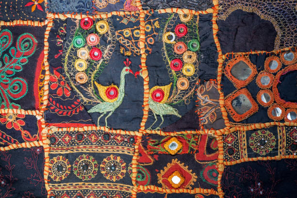 weinlese-hausgemachte patchwork hintergrund. bunten ethnischen handgefertigten details und muster auf die textur der alten decke. - modedetails stock-fotos und bilder