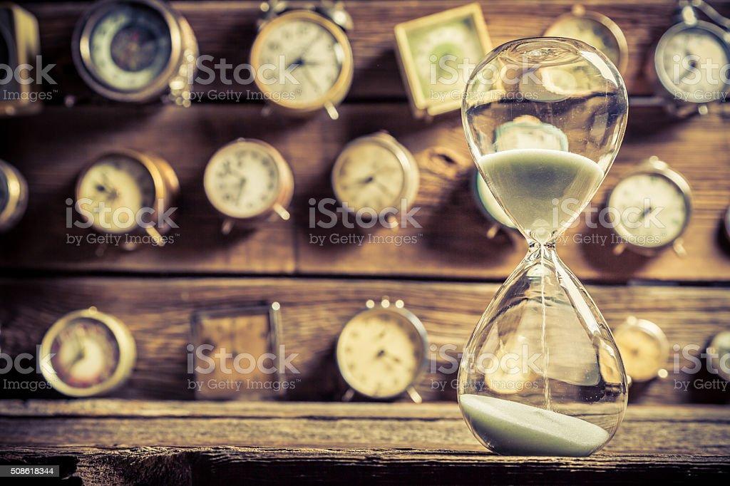 Jahrgang Eieruhr auf dem Hintergrund von Uhren – Foto