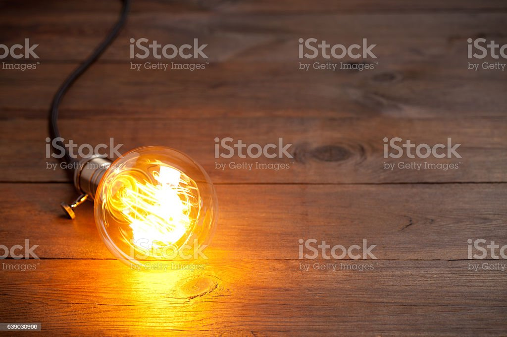 Vintage incandescent Edison type bulb on old wooden table – Foto