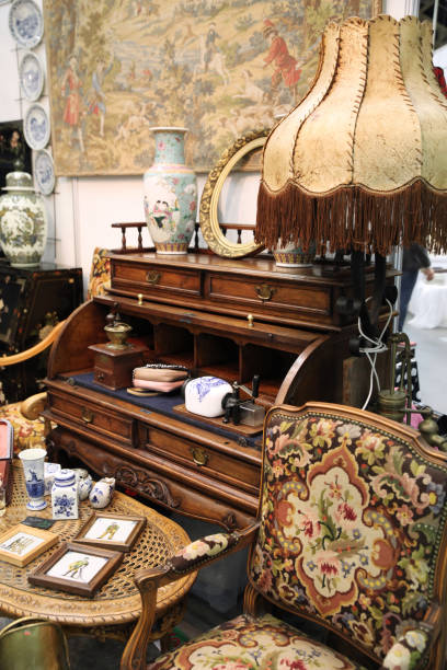 interni vintage con sedia e lampada da terra sul mercato delle pulci - antico vecchio stile foto e immagini stock