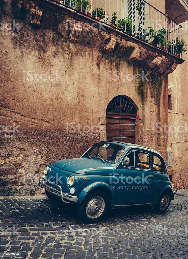 Italienische Vintage-Blau Auto auf der gepflasterten Straße – Foto