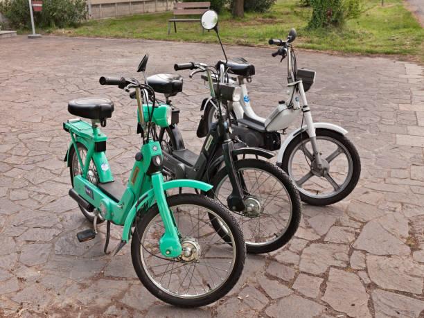 vintage cyclomoteurs italiens ciao et bravo piaggio - moped photos et images de collection