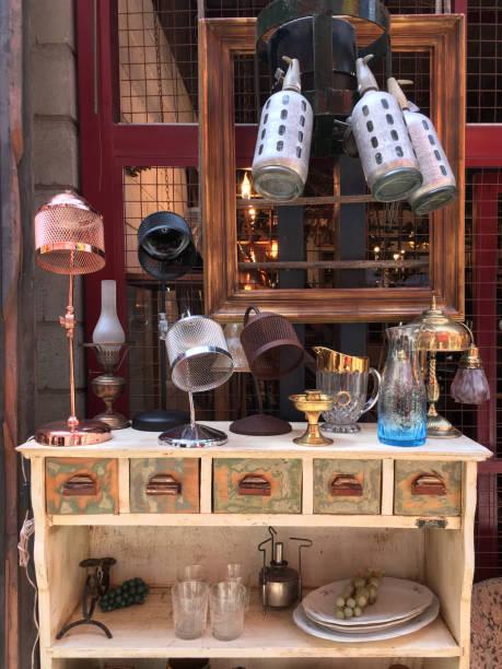vintage-artikel zum verkauf auf flohmarkt - maschendrahtzaun preis stock-fotos und bilder
