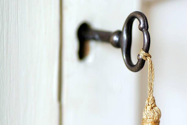 vintage key & quaste - schlüssel dekorationen stock-fotos und bilder