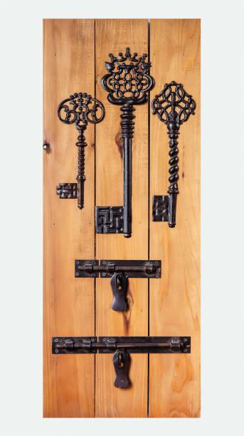 vintage keys dekoriert auf hölzernen hintergrund - altes schmuckkunsthandwerk stock-fotos und bilder