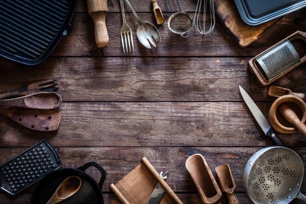 vintage keuken gebruiksvoorwerpen frame - keukengereedschap stockfoto's en -beelden