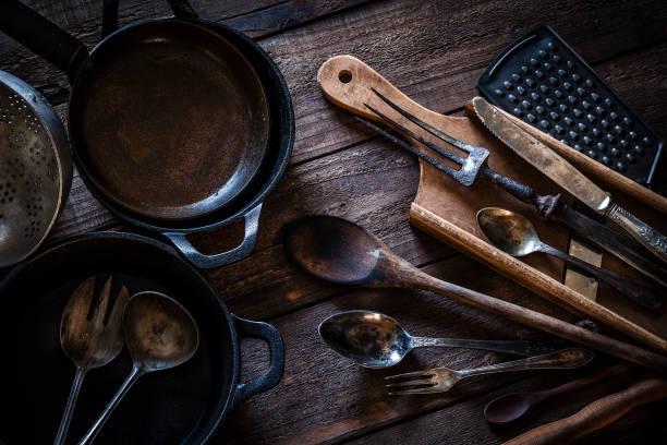 vintage keukengerei geschoten van bovenaf op rustieke houten tafel - pan keukengereedschap stockfoto's en -beelden