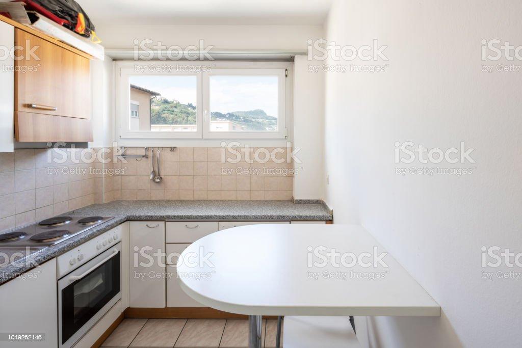 Vintage Küche Mit Hocker Und Fenster Auf Den Hügeln ...